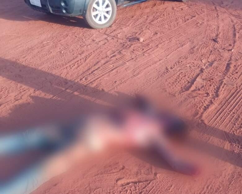 Corpo com as mãos cortadas foi jogado em rua de terra em Paranhos (Foto: Direto das Ruas)