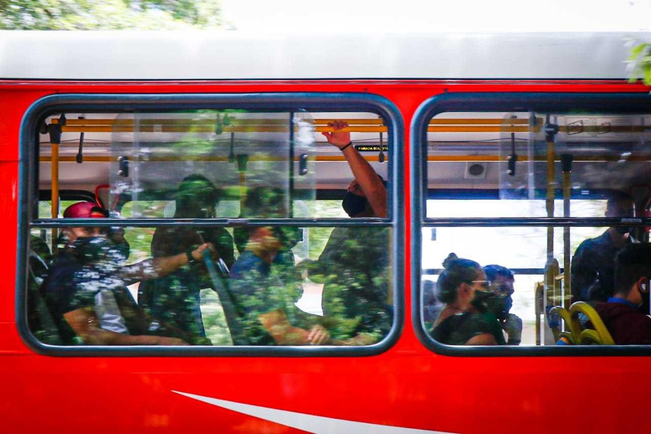Ônibus podem circular com todos os assentos ocupados e 70% da capacidade de passageiros em pé. (Foto: Henrique Kawaminami)