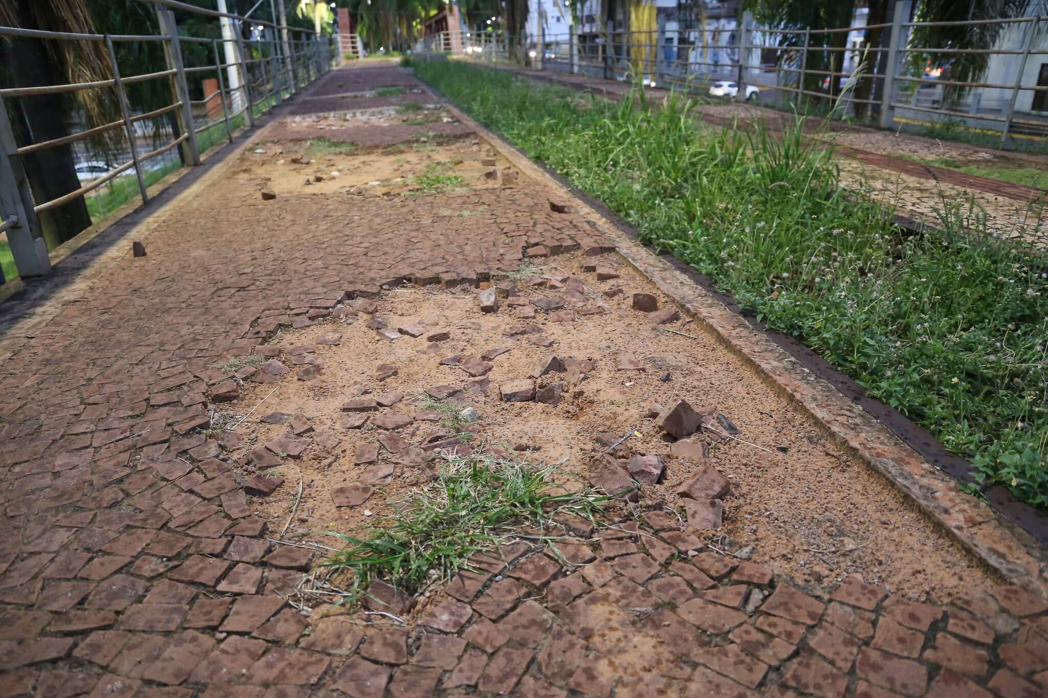 Ciclovia cheia de buracos e com pedras soltas ao longo da Orla (Foto: Paulo Francis)
