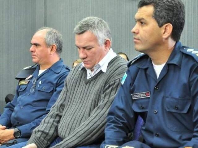 Ex-major Carvalho (ao centro) durante julgmento em Campo Grande. (Foto: Arquivo)