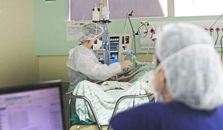 Paciente em tratamento em leito de UTI. (Foto-Saul Schramm | Governo MS)