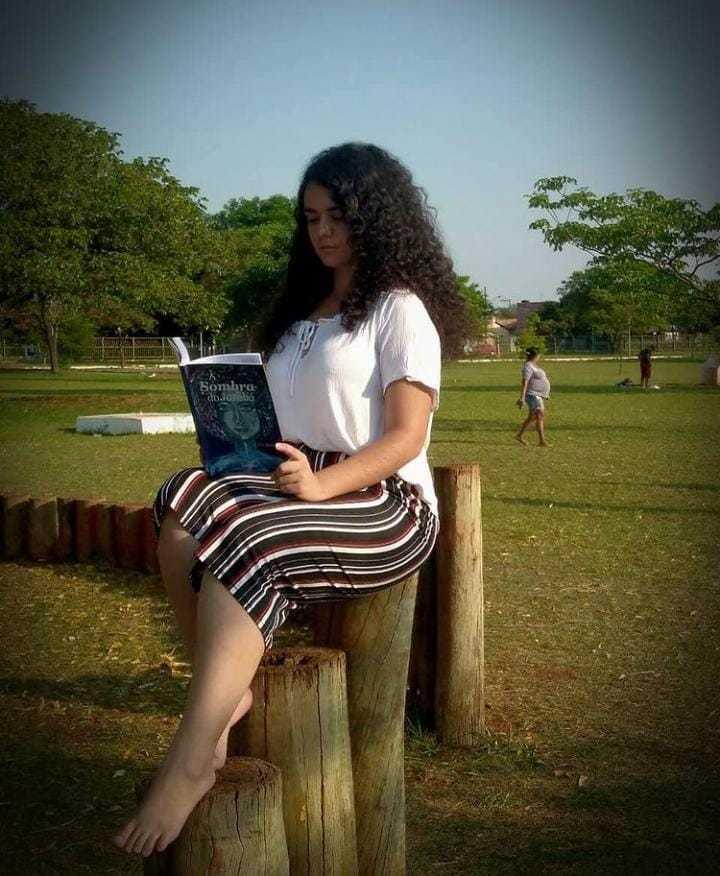 Fazendo pose, Letícia lê livro (Foto: Arquivo Pessoal)