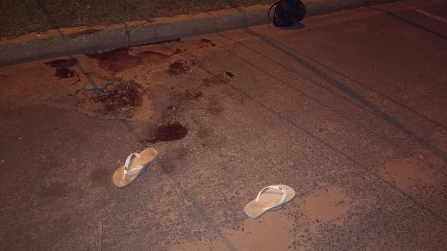 Vestígios de sangue e o chinelo do adolescente ficaram no local do crime. (Foto: Alfredo Neto/JPNews)