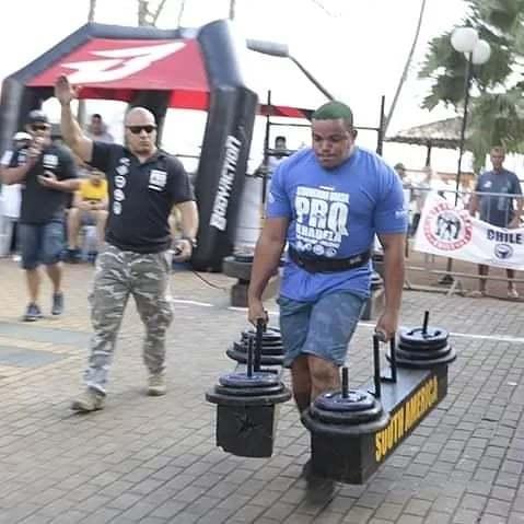 Matheus Brasil durante competição nacional de força bruta (Foto: Arquivo pessoal)