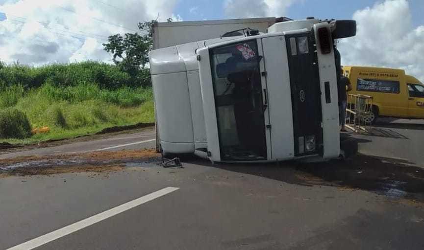 Caminhão tombou no meio da rodovia e motorista sofreu escoriações. (Foto: Robson Rodrigues)