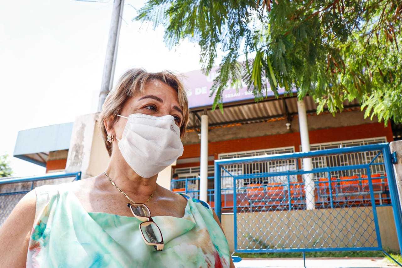 Animada com a imunização, a psicóloga Rosângela Cury, 63, fez questão de parabenizar os pesquisadores que desenvolveram a vacina (Foto: Henrique Kawaminami)