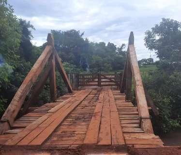 Produtor bloqueia acesso sobre ponte deixando famílias sem acesso às chácaras