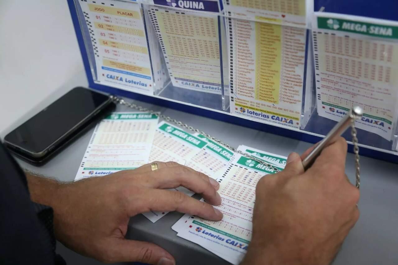 """Homem faz uma """"fezinha"""" em lotéria da Capital (Foto: Paulo Francis/Arquivo)"""