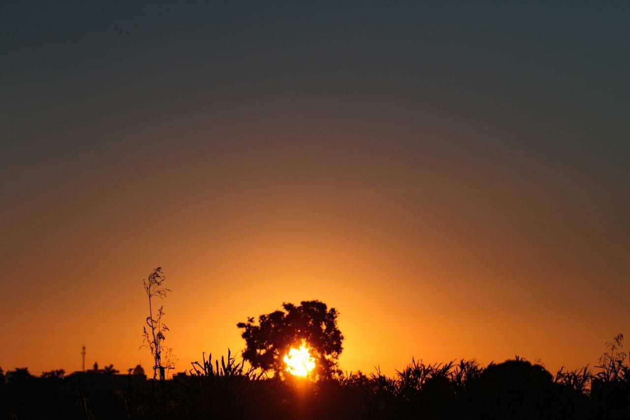 Vista do do sol nascendo na região do bairro Santo Antônio, na Capital, indica domingo de calor (Foto: Marcos Maluf)