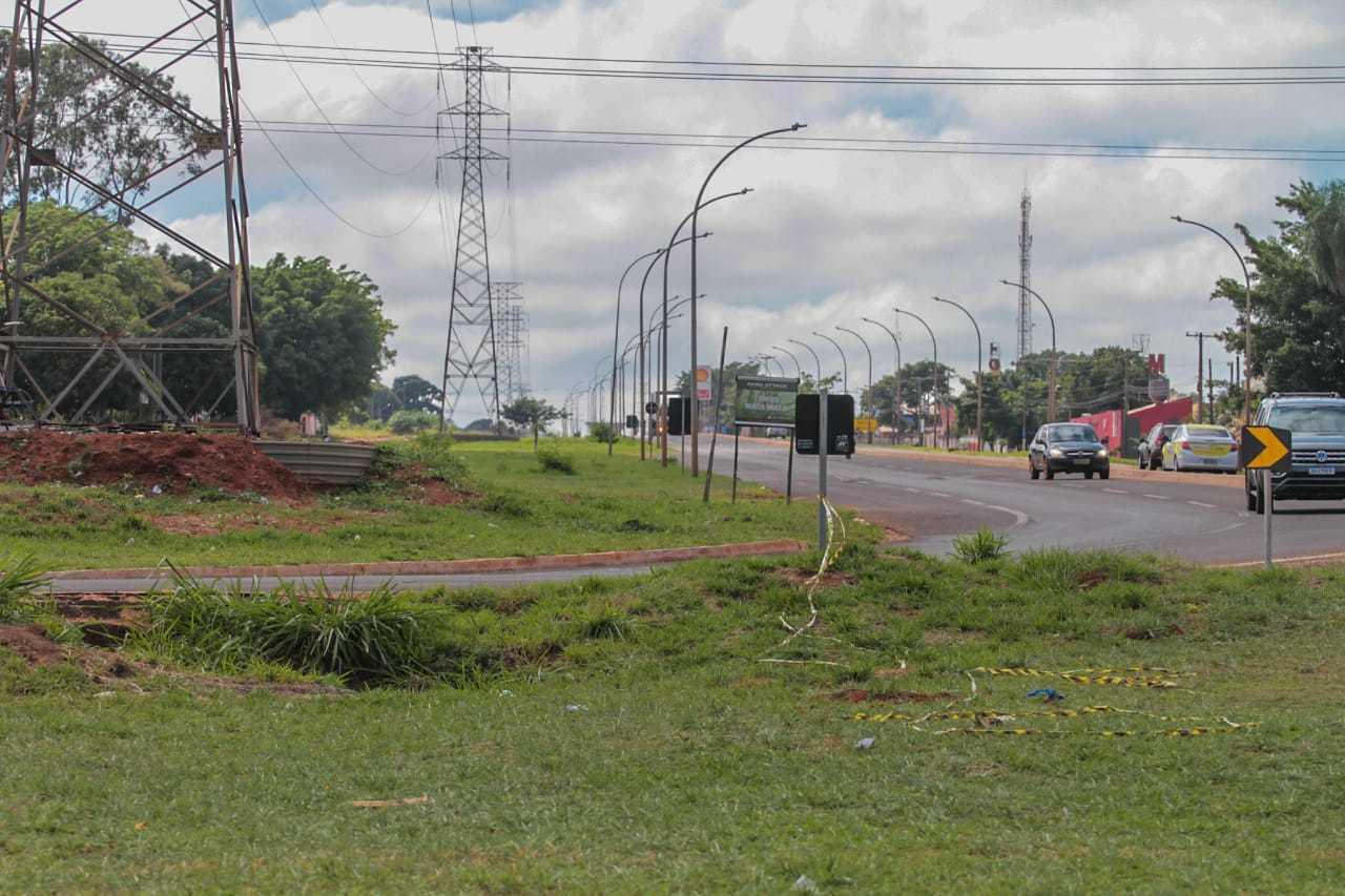 Acidente com capotamento aconteceu na Avenida Ministro João Arinos. (Foto: Marcos Maluf)