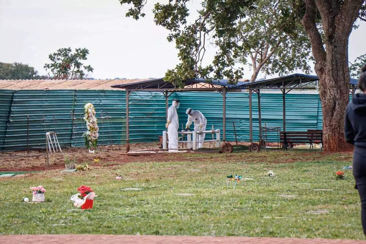 Sepultamento de vítima da covid-19, em Campo Grande. (Foto: Arquivo / Campo Grande News)