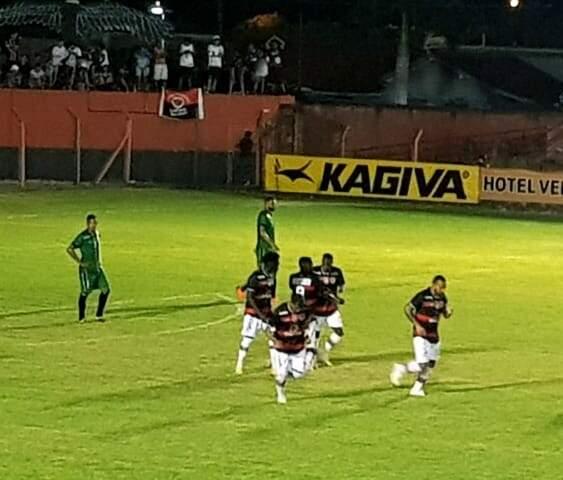 Jogadores disputaram, partida na noite deste domingo (28), em Rio Brilhante. (Foto: Arquibancada MS)