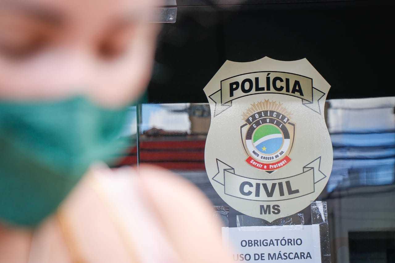 Mãe das crianças está desde sexta-feira em Campo Grande tentando localizar as filhas. (Foto: Henrique Kawaminami)