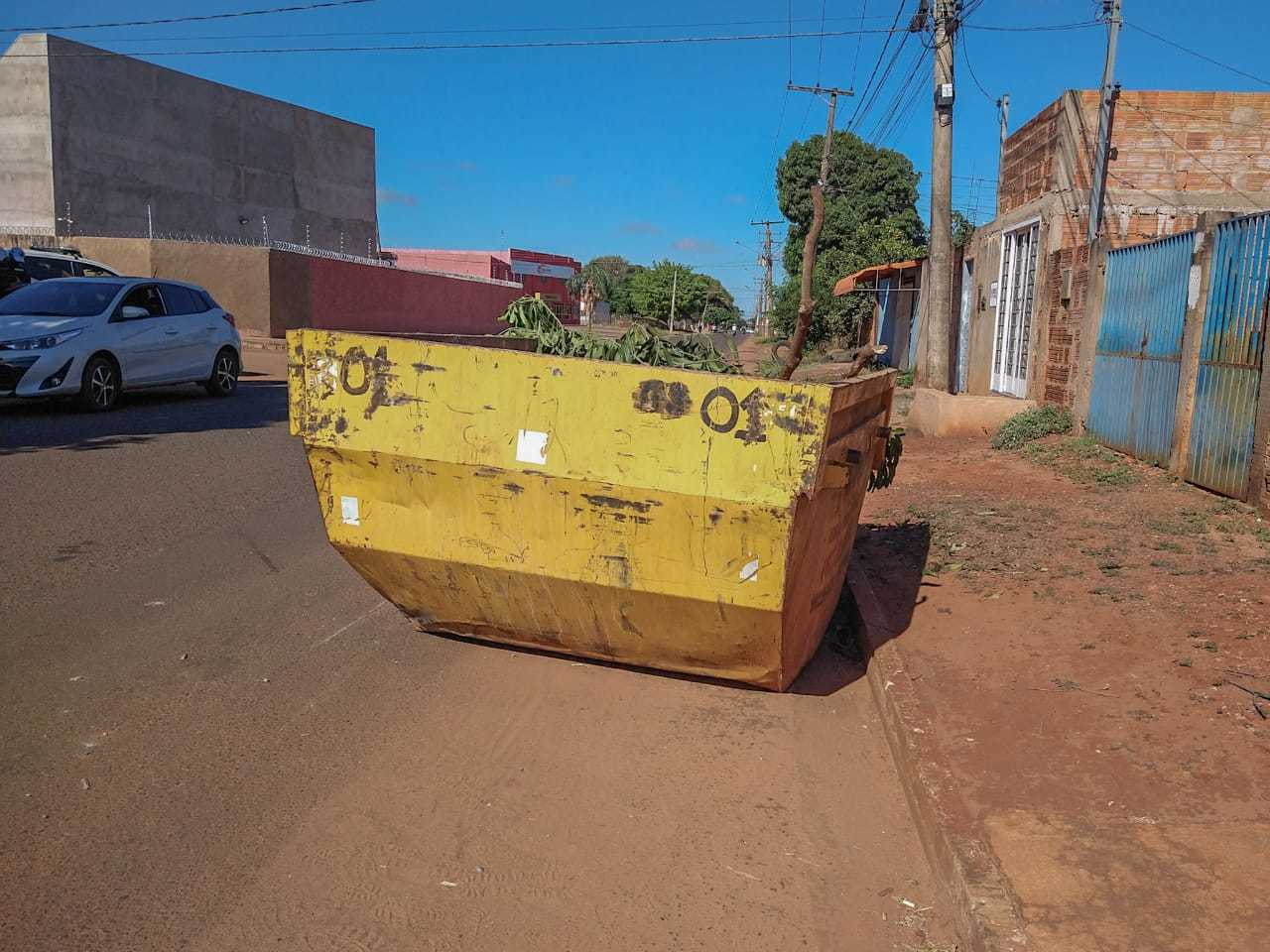 Motocicleta bateu em caçamba sem sinalização na Rua Santa Quitéria. (Foto: Marcos Maluf)