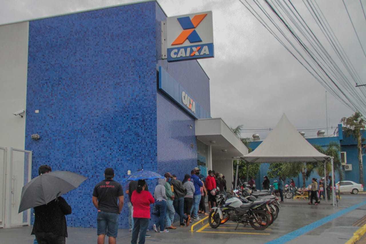 Cidadãos em fila para retirada do auxílio, em 2020. (Foto: Arquivo Campo Grande News - Marcos Maluf)