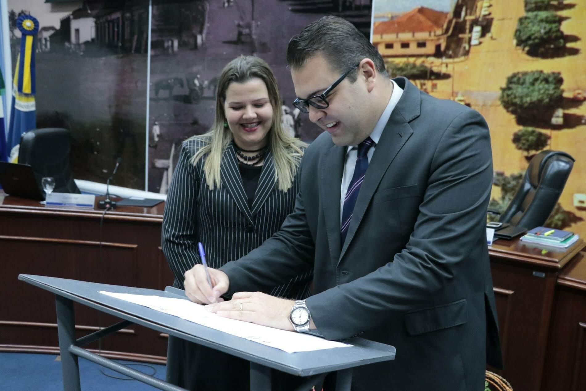 Daniela Hall ao lado de Alan Guedes em sessão da Câmara antes da pandemia (Foto: Divulgação)