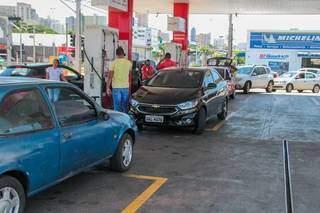 Carros em bomba para abastecimento em posto de combustível em Campo Grande. (Foto> Marcos Malus)