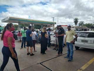 Vários motoristas de aplicaticos se reuniram num posto de combustível. (Foto: Mariana Rodrigues)