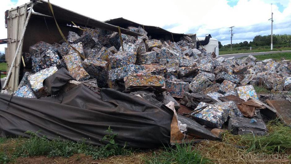 Fardos de latinhas que seriam levadas para reciclagem. (Foto: Luis Gustavo/Jornal da Nova)