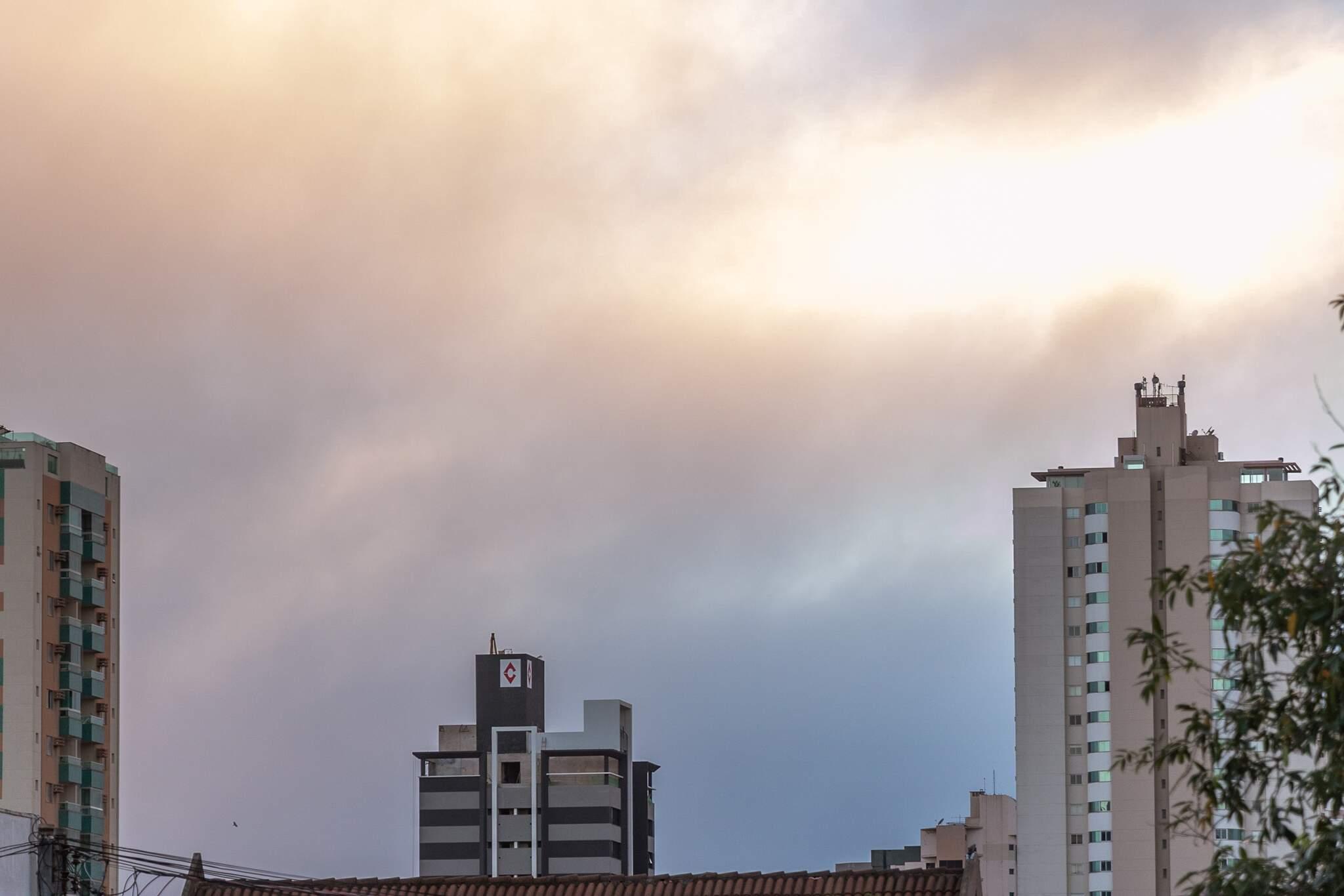 Dia será nublado na Capital e pode chover durante a tarde e noite (Foto: Henrique Kawaminami)