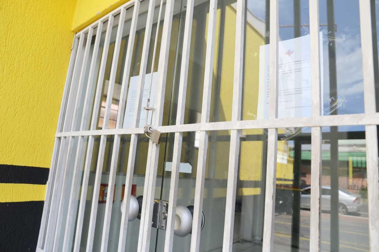 Local permanece fechado, com cartaz informando telefones para contato colado na porta (Foto: Paulo Francis)