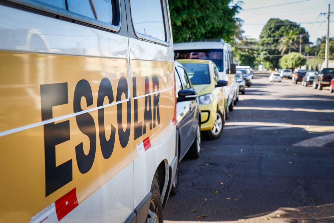 Com aulas suspensas, vans escolares ficaram paradas durante a pandemia (Foto: Henrique Kawaminami/Arquivo)
