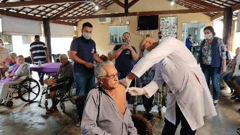 Dourados retoma amanhã vacinação de idosos acima de 89 anos