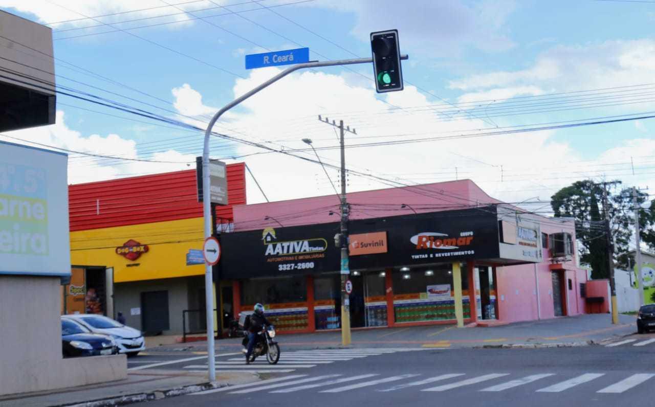 Em ponto super movimentado da Ceará, outro motociclista ultrapassa o cruzamento sem respeitar sinal. (Foto: Kisie Ainoã)