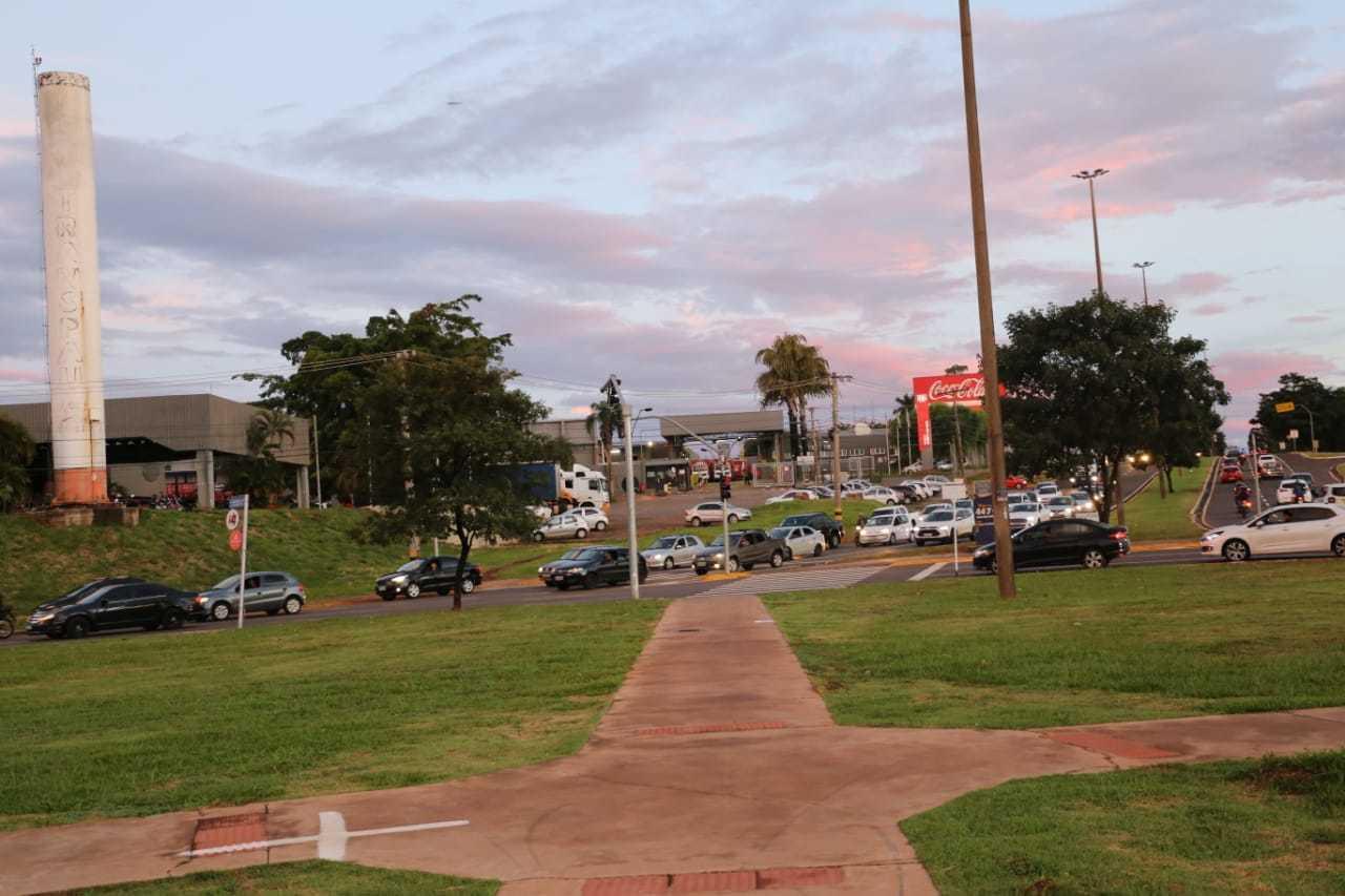 Outro ponto sem fiscalização: rotatória da Guri Marques com Interlagos. (Foto: Paulo Francis)