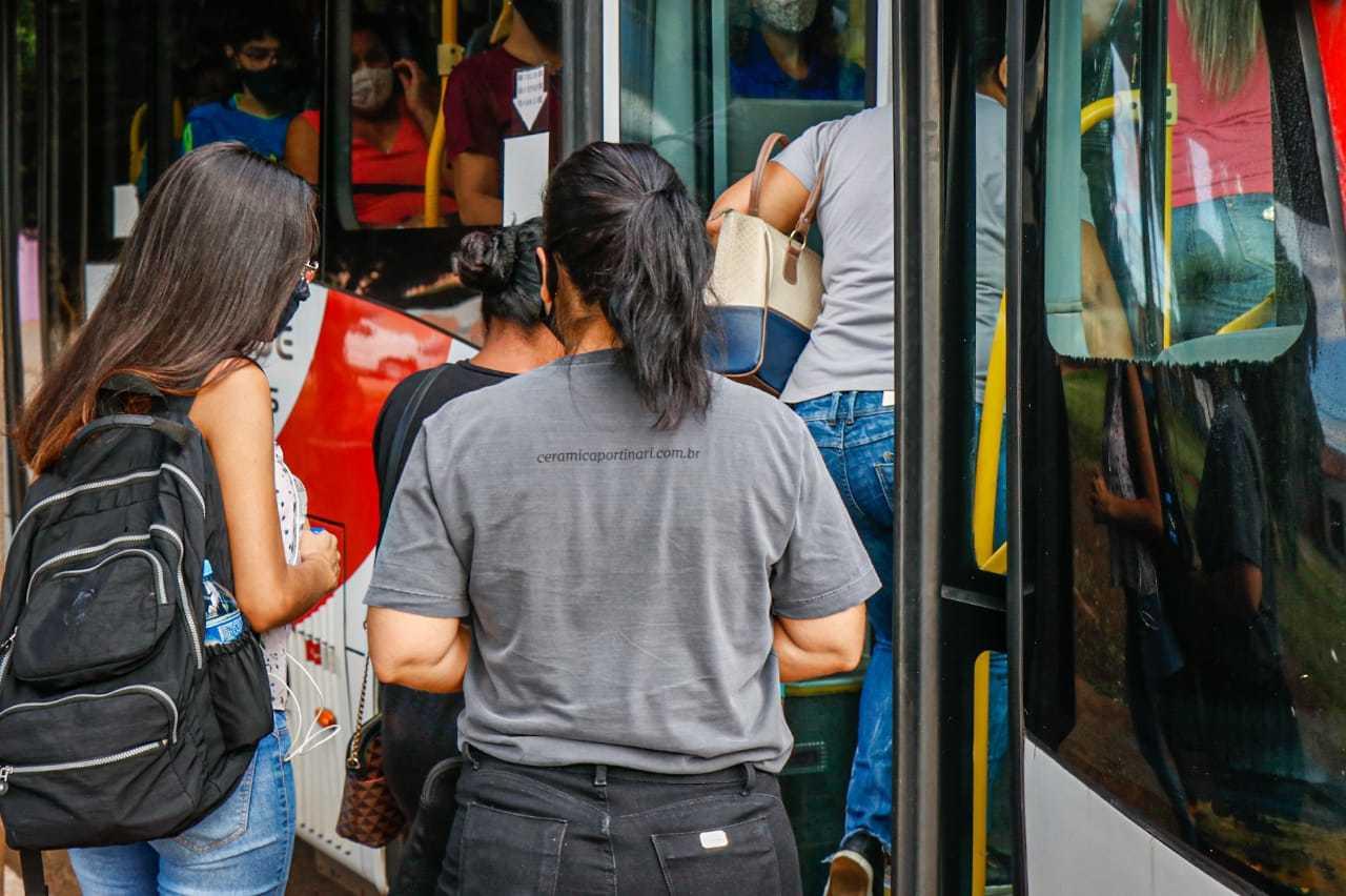 Ônibus lotam em horários de pico, segundo entrevistados (Foto: Henrique Kawaminami)