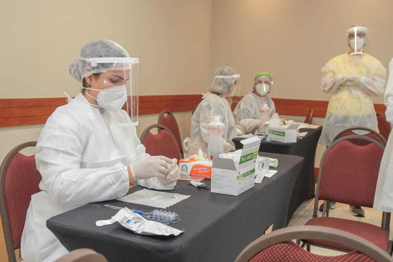 Agentes de saúde em local de testes da covid-19 em Campo Grande. (Foto: Marcos Maluf)