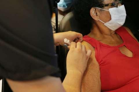 """""""Tive medo de não chegar a vacina"""", diz idosa imunizada em drive-thru nesta 4ª"""