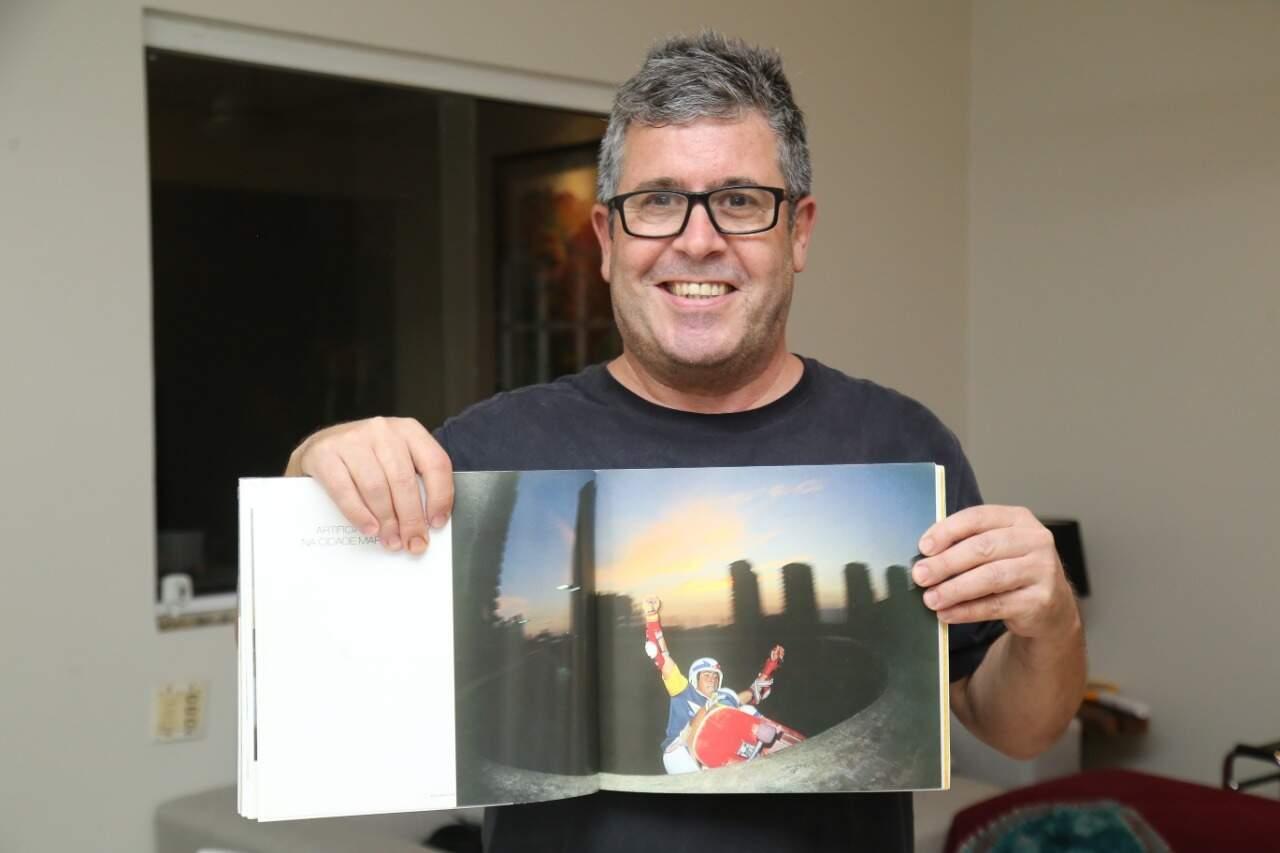 """""""Dorinho"""", como é conhecido, foi citado no livro """"A Onda Dura – 3 décadas de skate no Brasil"""" em foto de 1982 fazendo um frontside grind na pista extinta do condomínio Barramares, no Rio (Foto: Kísie Ainoã)"""