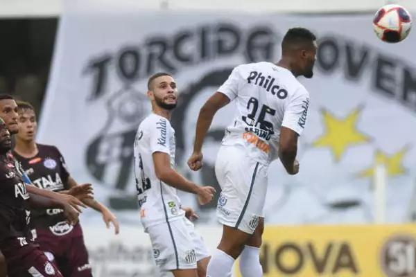 Zagueiro Sabino ganha bola pelo alto; apesar do gol, time saiu apenas com empate (Foto: Divulgação)