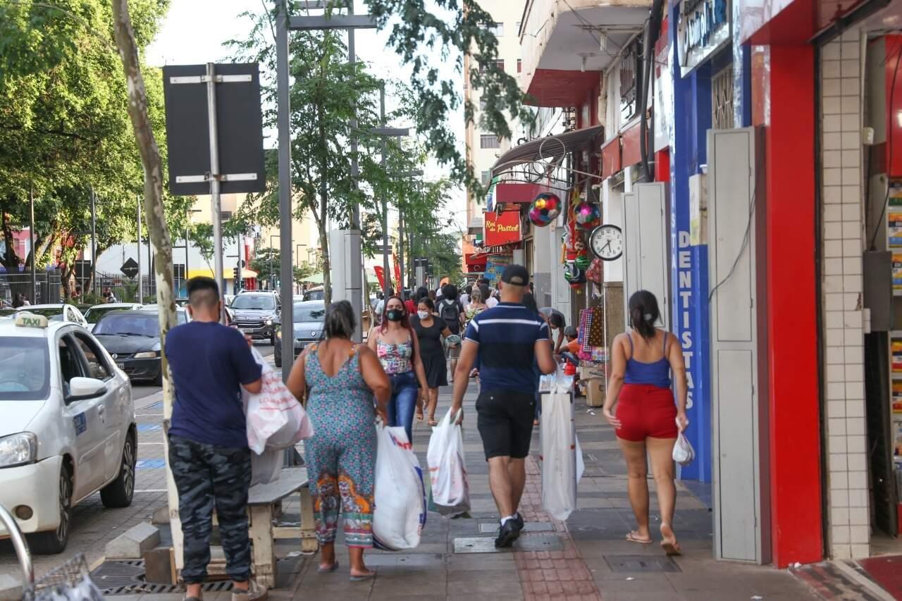 Pessoas caminham pelo Centro de Campo Grande (Foto: Arquivo - Paulo Francis)