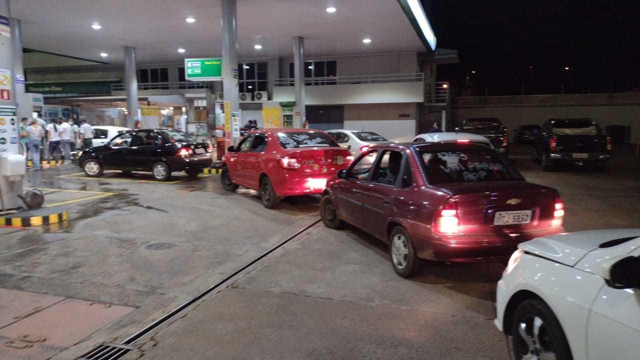Motorista abastecendo em posto de gasolina da Petrobras. (Foto: Direto das Ruas)