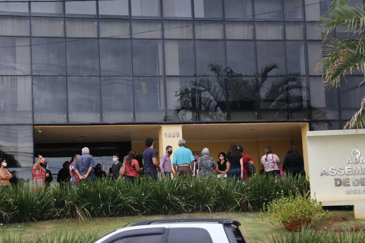 Vários opositores da atual gestão foram para a porta da igreja por causa da eleição (Foto: Paulo Francis)