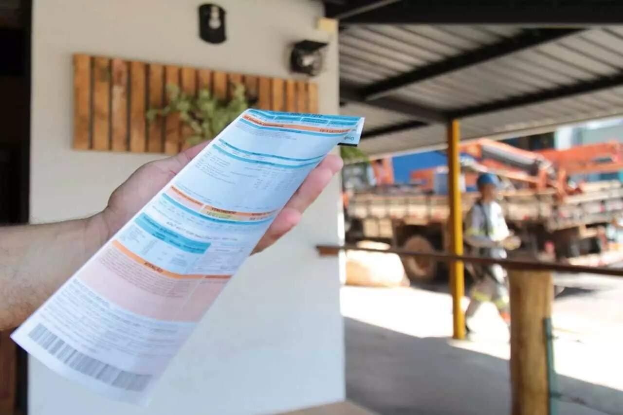 Consumidor segura boleto com cobrança da Energisa (Foto: Marcos Maluf/Arquivo)