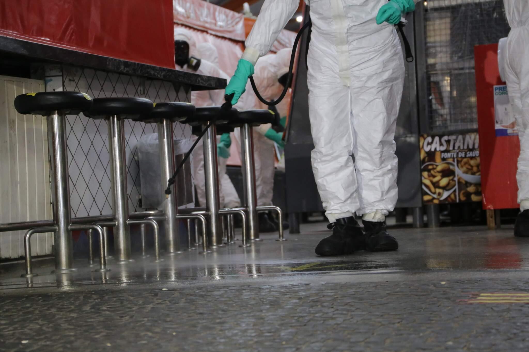 Sanitização do Mercadão Municipal de Campo Grande, durante a pandemia. (Foto: Kísie Ainoã)