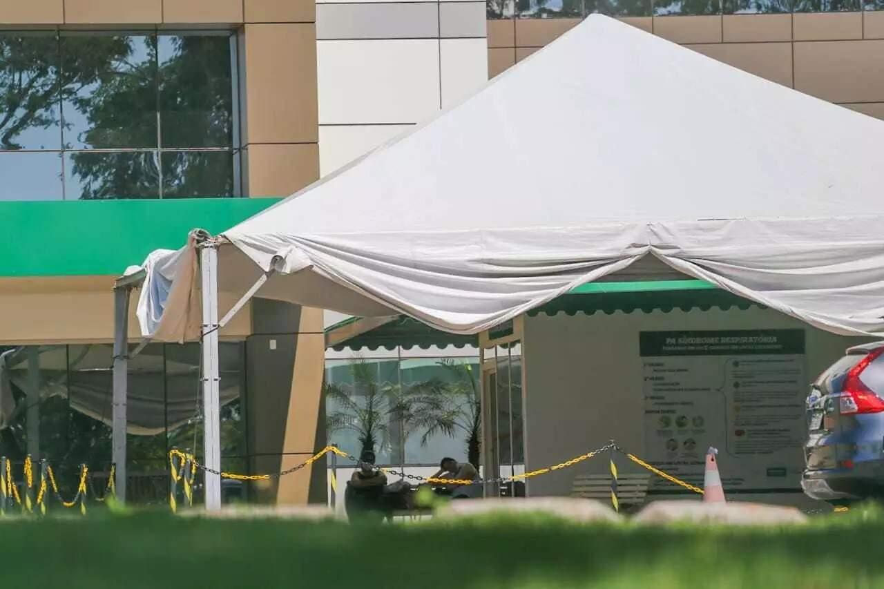 Tenda para triagem inicial da covid-19 foi montada, no início da pandemia, no Hospital da Unimed (Foto: Arquivo)