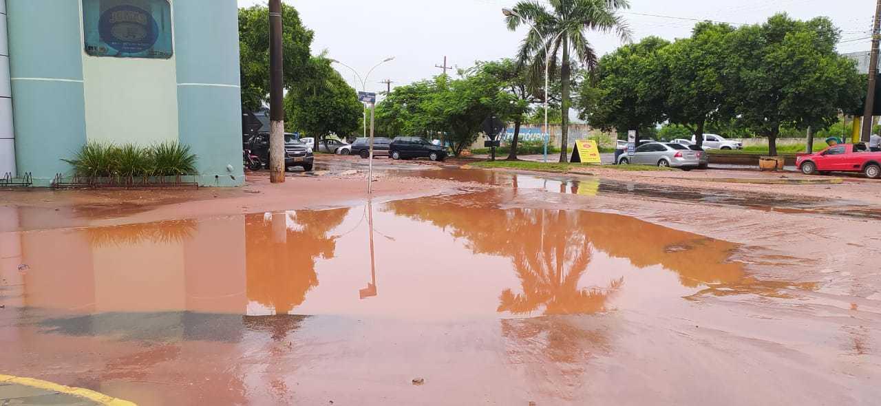 Chuva deixou Avenida Industrial, perto da rodoviária, alagada em Itaquiraí. (Foto: Divulgação)