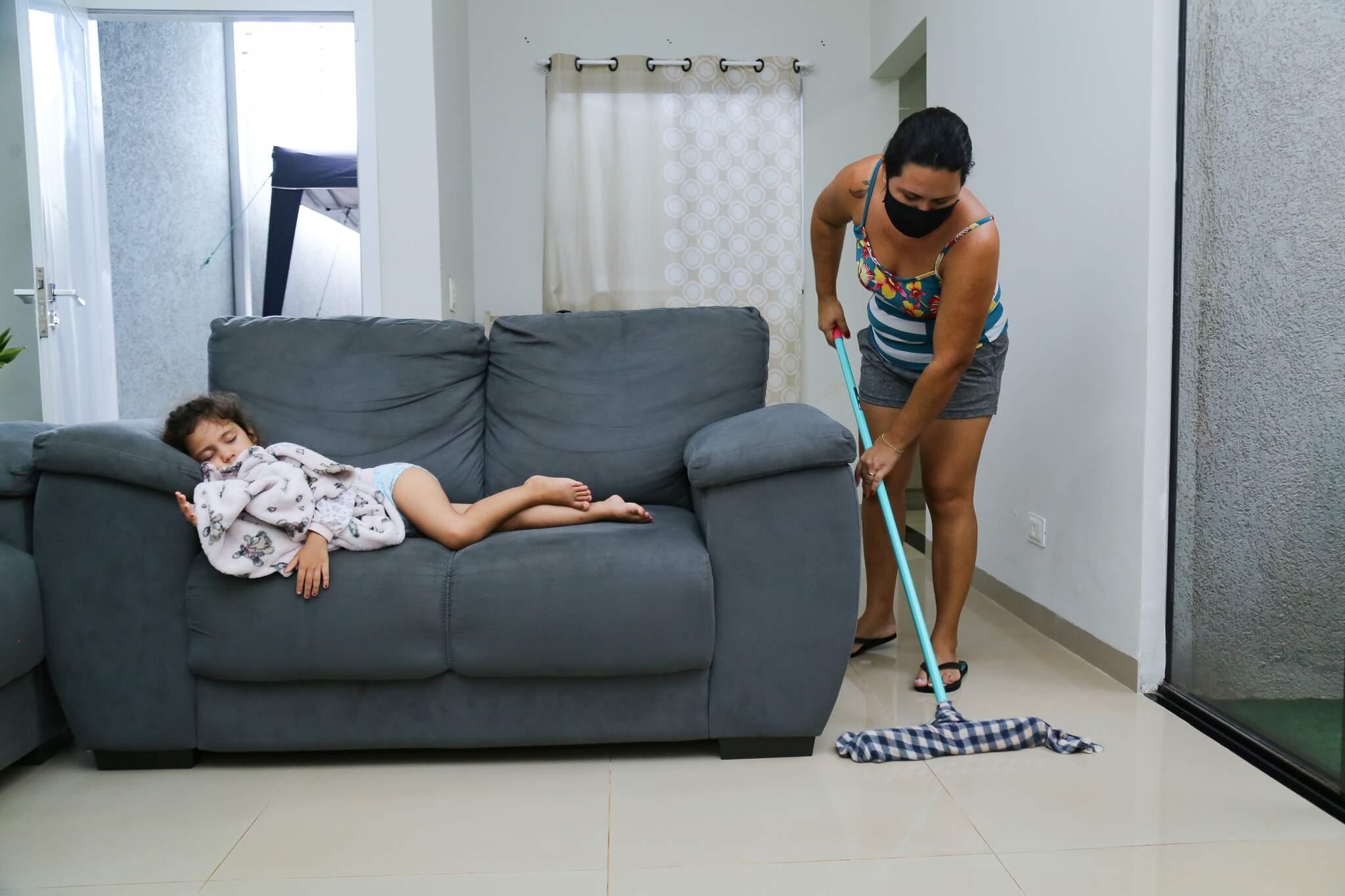 Viviane limpando a casa antes de iniciar expediente noturno. (Foto: Kísie Ainoã)