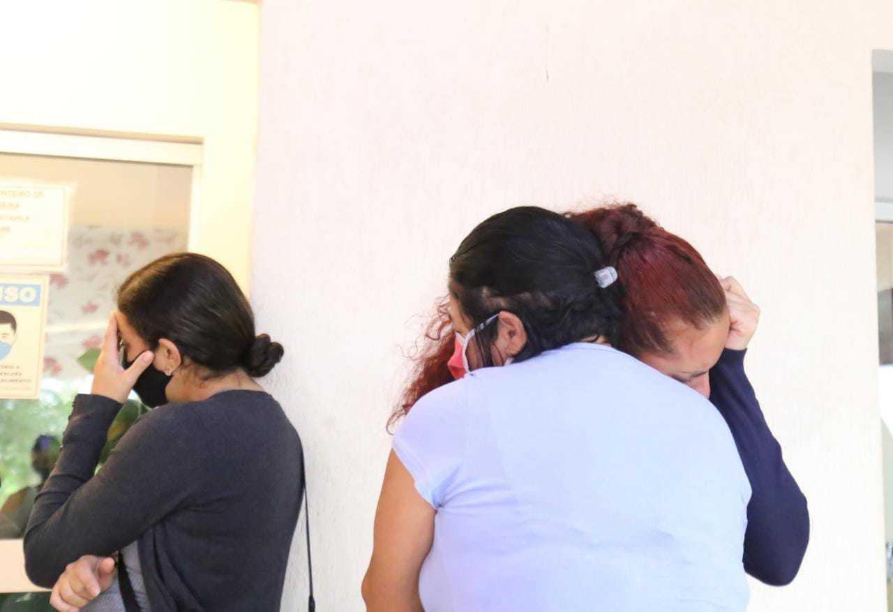Emocionadas, mulheres se abraçam em velório de Ítalo. (Foto: Kisie Ainoã)