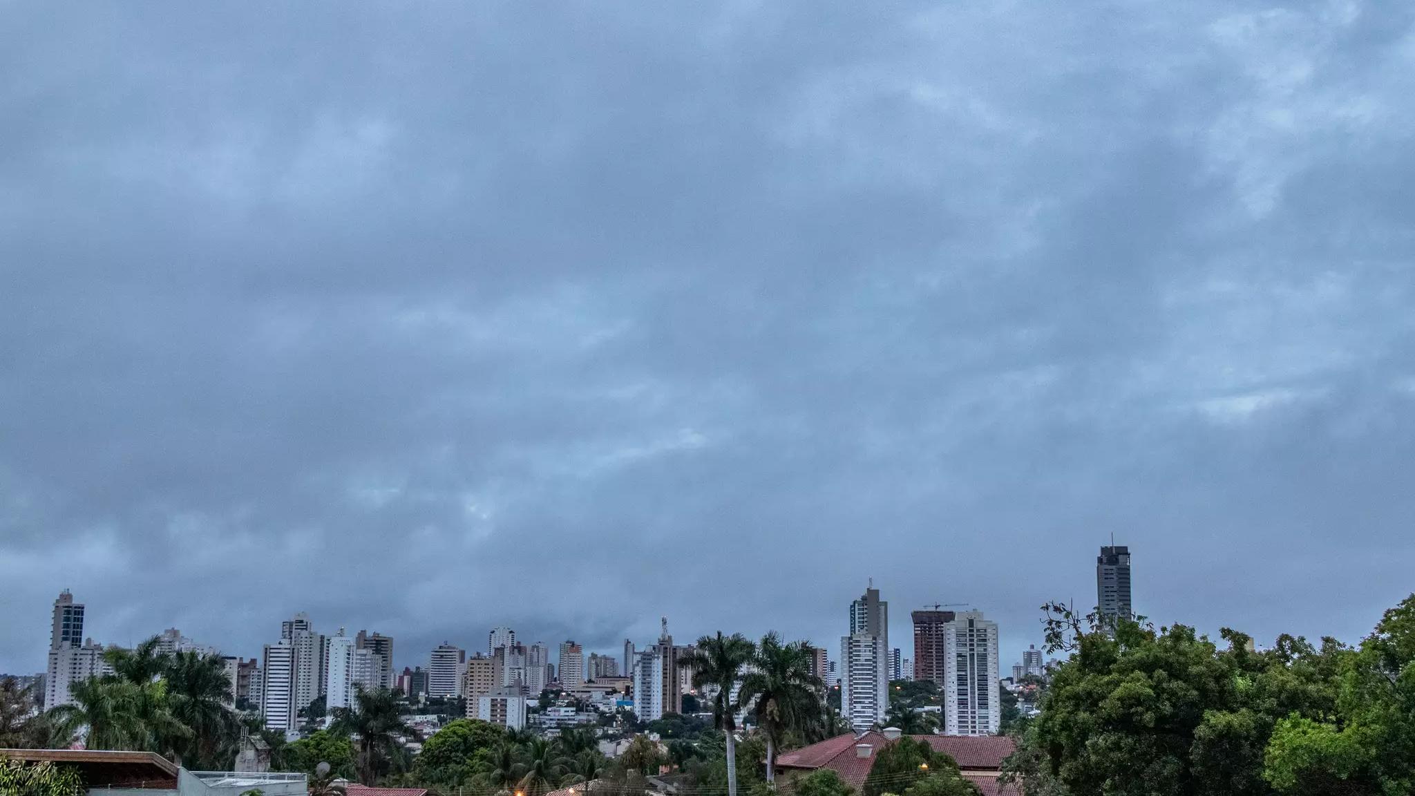 Céu amanheceu nublado na Capital e deve continuar assim (Foto: Henrique Kawaminami)