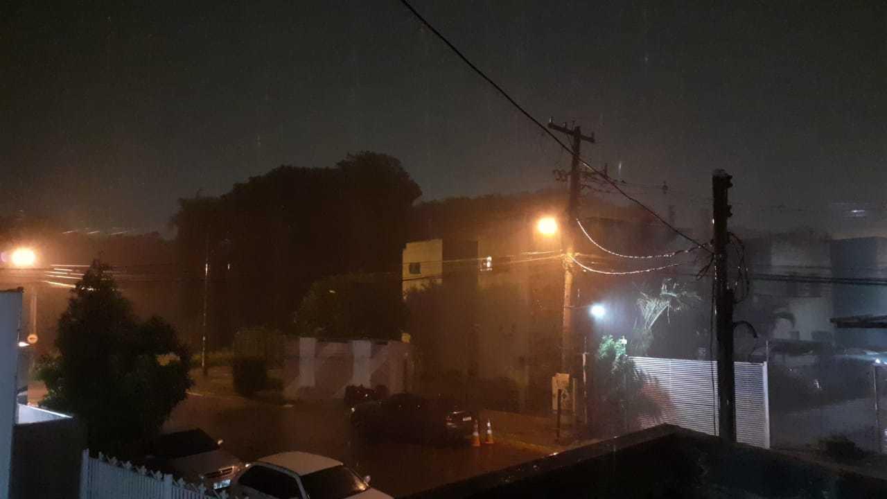 Chuva no Bairro Chácara Cachoeira, na noite desta quinta-feira (04). (Foto: Direto das Ruas)