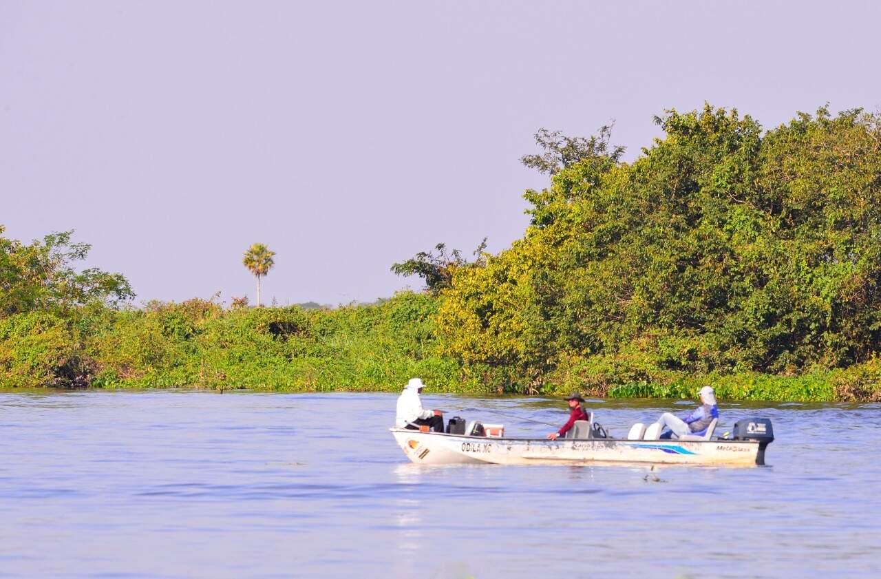 Turistas andando de barco em rio. (Foto:José Sabino/Acervo PCA)