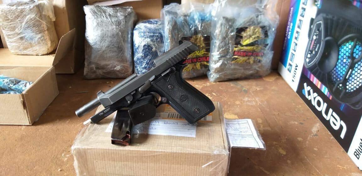 Pistola encontrada na agência dos Correios. (Foto: Choque)