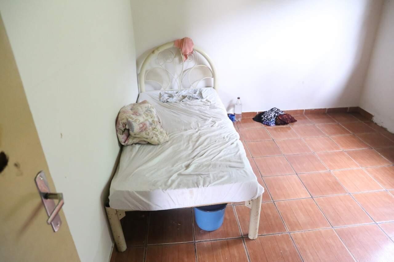 No quarto da idosa, cama e algumas peças de roupas (Foto: Paulo Francis)