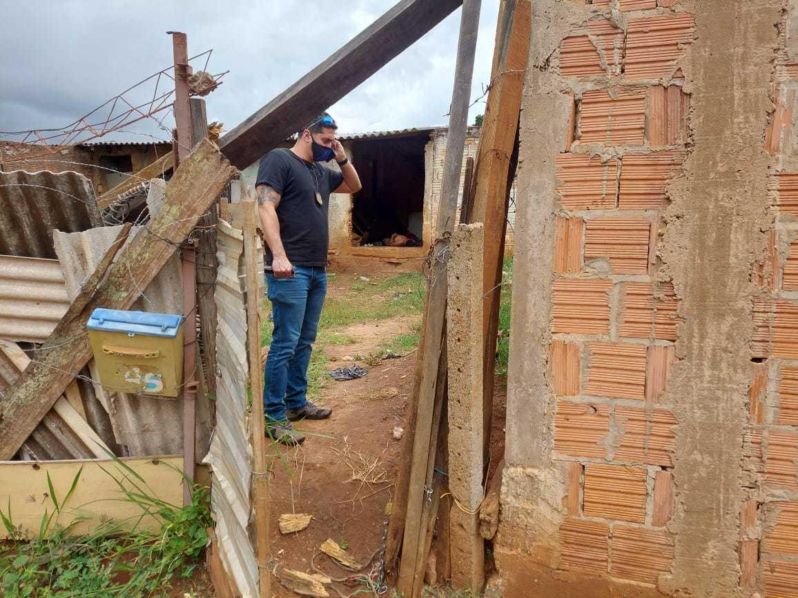 Homem foi encontrado sem vida no chão da casa por uma mulher que passava pelo local (Foto: Aletheya Alves)