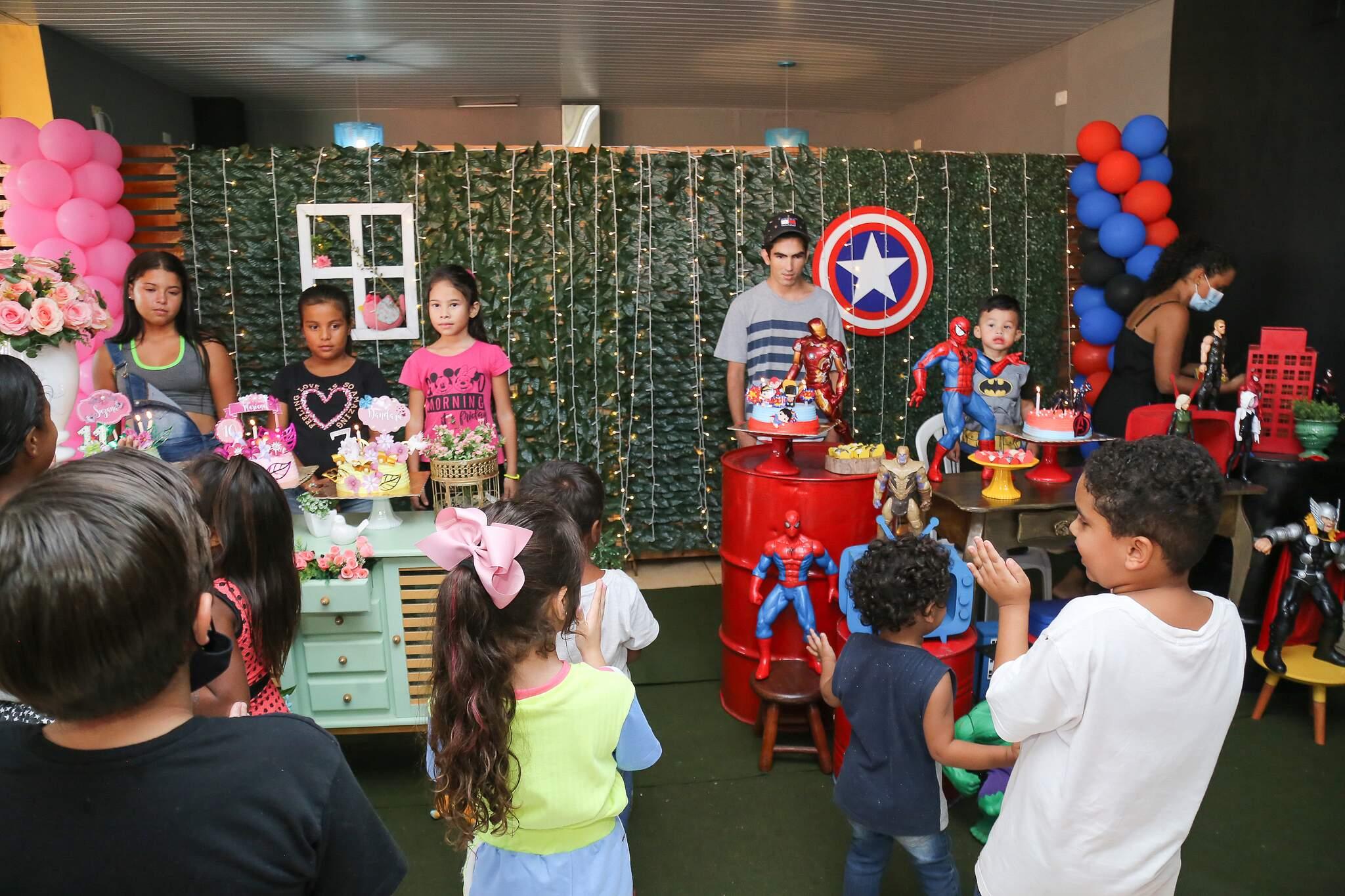 Crianças ganharam festa de aniversário com tudo que têm direito (Foto: Kísie Ainoã)